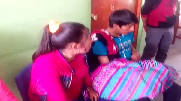 La madre entre lágrimas reclamó al personal de salud de Santa Cruz por lo sucedido.