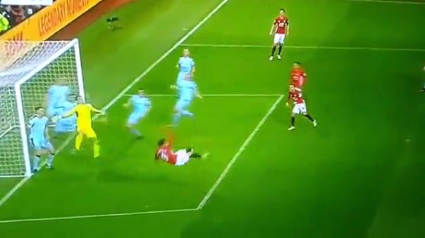"""Manchester United igualó 0-0 con el Burnley que tuvo en su arquero a la figura. """"Casi me rompe el brazo"""", manifestó sobre un remate de Zlatan."""