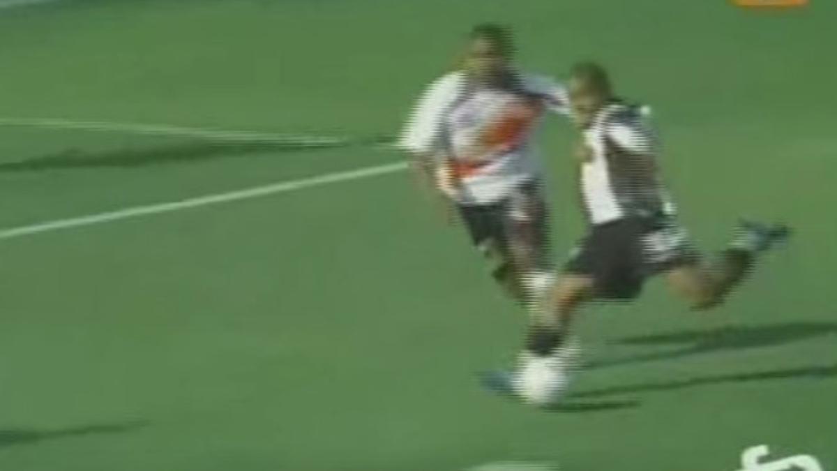 Wilmer Aguirre le hizo 3 al José Gálvez en el 2008 con camiseta de Alianza Lima.