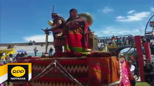 La pareja surca desde las seis de la mañana las aguas del lago Tititcaca a bordo de lanchas de totora.