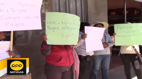 Los protestantes se movilizaron hasta la UDR donde lanzaron huevos contra la institución.