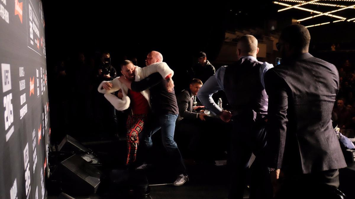 McGregor y Álvarez se arrebataron los cinturones y casi se pelean durante la conferencia de prensa previa a la pelea.