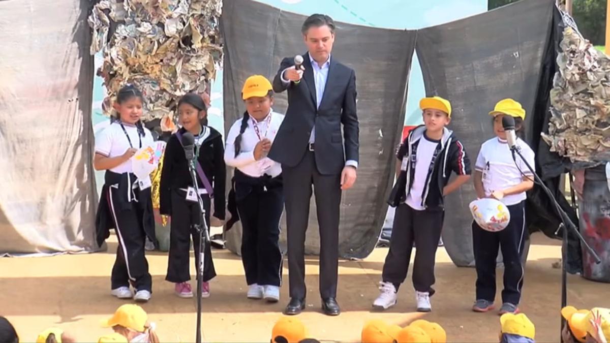 Niña mexicana corrige a ministro de Educación por pronunciar mal