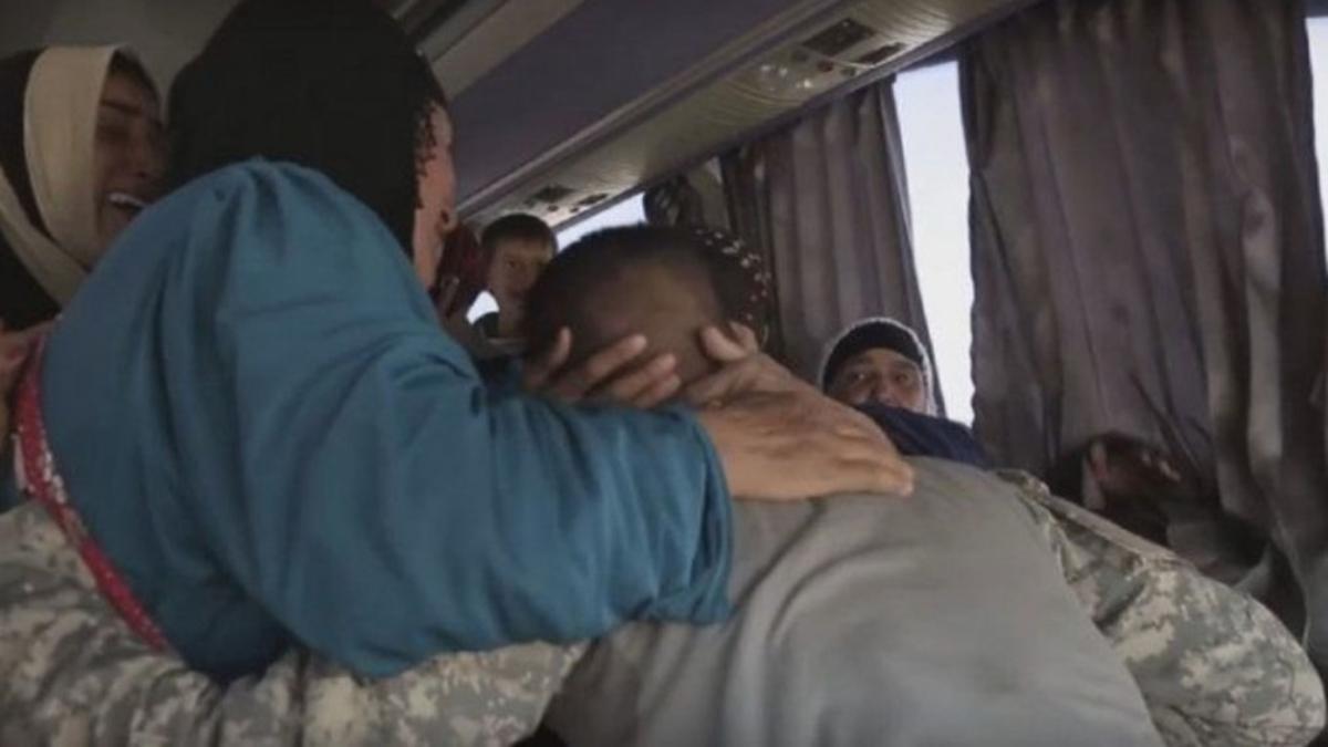 un soldado se reencuentra con su madre después de dos años.