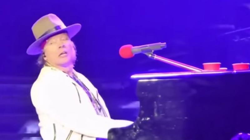 Axl Rose, se encontraba en medio del escenario, sentado frente a un piano, mientras entonaba el clásico 'November Rain'.