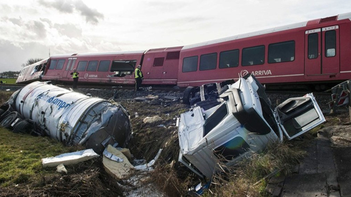 Un tren descarrila al chocar con un camión y deja varios heridos en Holanda.