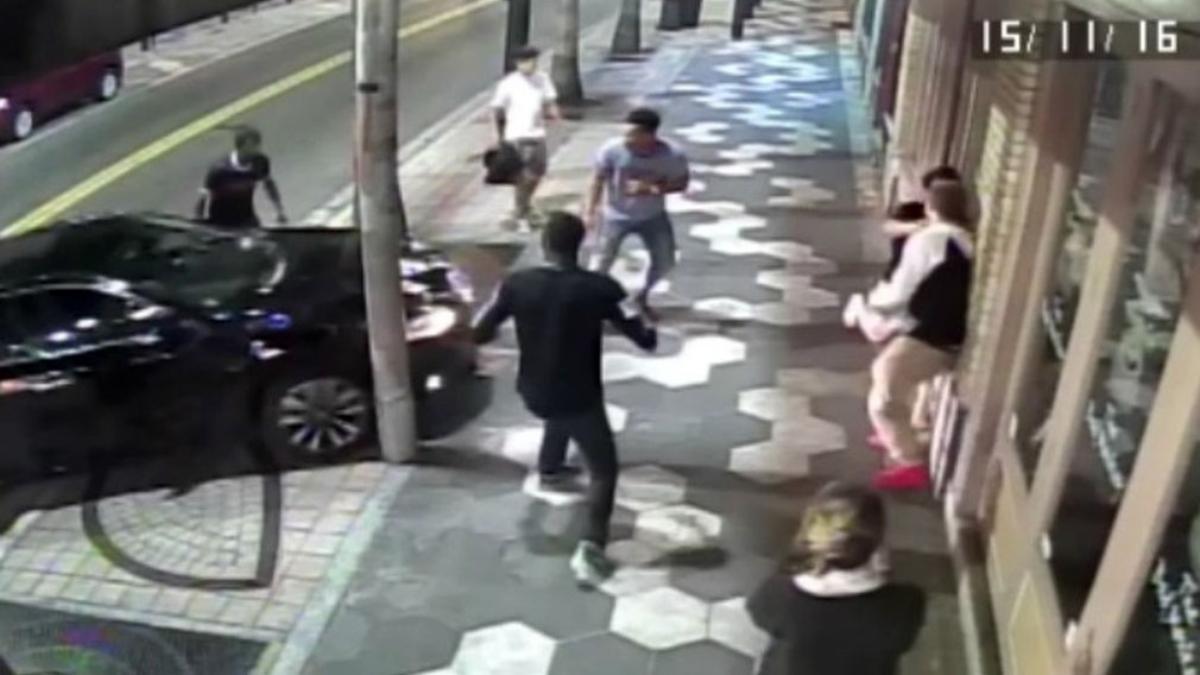Pelea callejera termina con carro dentro de un bar en Tampa, Estados Unidos.