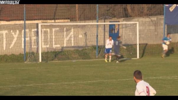 En el fútbol de Serbia, un jugador se llevó al arquero y erró el gol a un paso del arco. ¡A lo 'Zorrito' Aguirre.