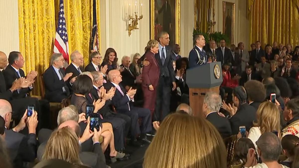 Ellen DeGeneres se emociona al recibir la Medalla de la Libertad.