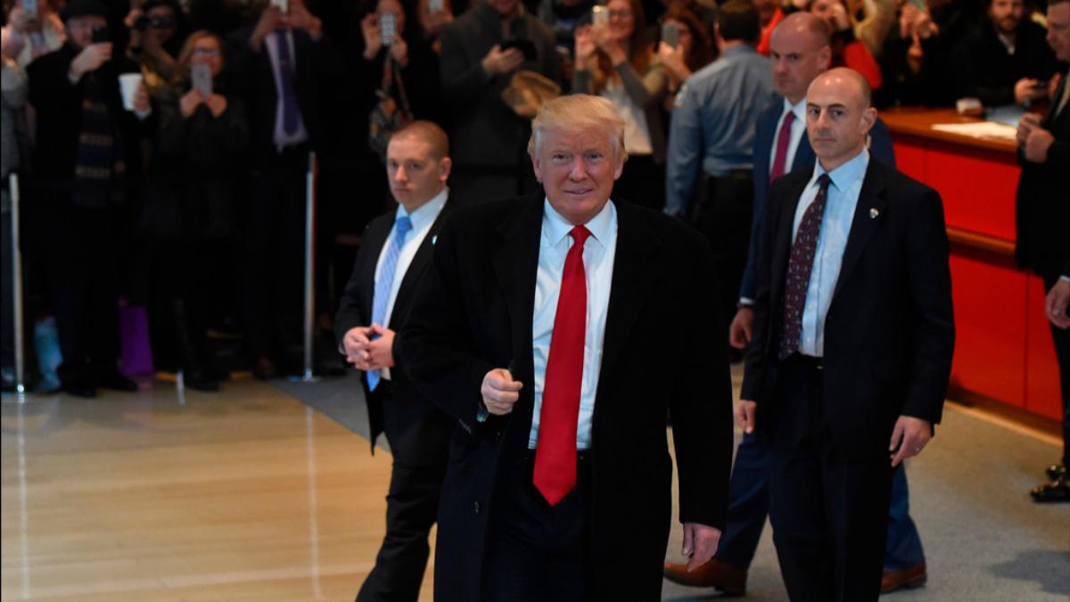 Este lunes en la torre Trump de Manhattan, el magnate se reunió con los directores de los principales canales de televisión y sus más prestigiosos periodistas. En ese encuentro, Trump se mostró desafiante y criticó a todos por la manera en que cubrieron su campaña electoral.