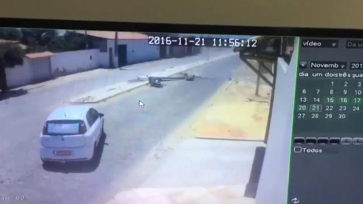 El accidente fue registrado por las cámaras de seguridad de la zona.