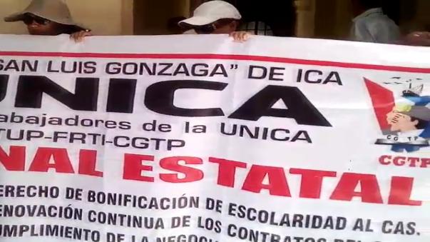 Trabajadores de la Universidad San Luis Gonzaga se encadenaron en la puerta de la Municipalidad de Ica.