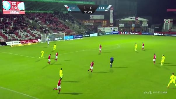 Peter Sorensen, entrenador del Silkeborg IF de la Primera División de Dinamarca se volvió viral en las redes sociales por esta jugada.