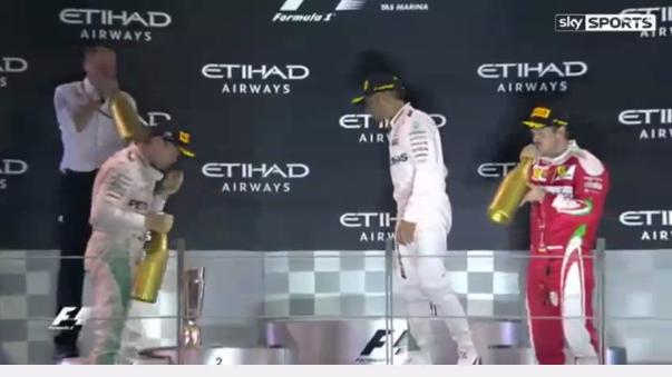 En el podio, el presentador hizo que Rosberg y Hamilton se den la mano y acaben con los rumores de una mala relación.