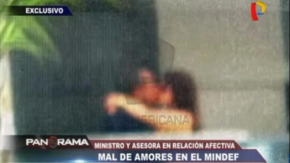 El ministro Mariano Gonzales besándose con su asesora.