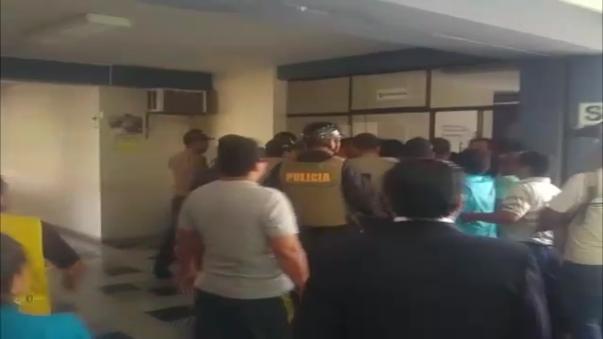 Alcalde se vio obligado a culminar la sesión y desplazarse hasta su despacho hasta donde fue seguido por los trabajadores.