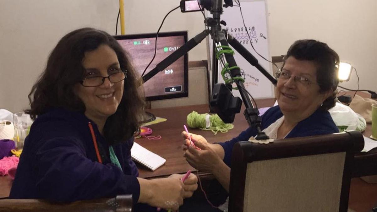 Esperanza Rosas siempre ha recibido el apoyo de su hija Ana Celia, quien la ayuda a grabar y compartir sus videos.