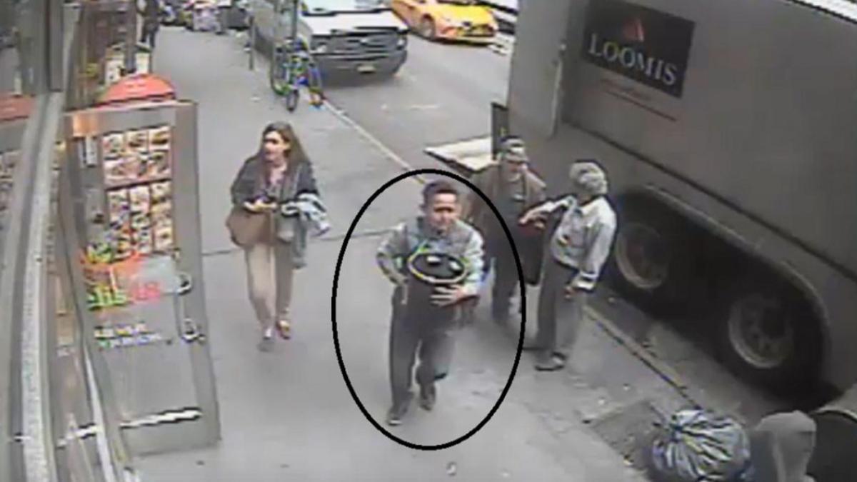 La Policía de New York busca al individuo que robó  un cargamento de oro valorado en $1.6 millones de un camión blindado.