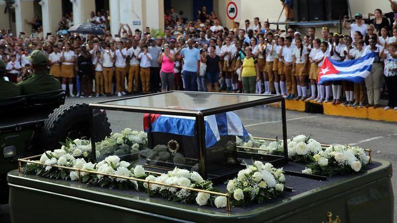 Tras salir de La Habana, el cortejo parará en varios pueblos hasta llegar a Santa Clara, donde pasará la noche, precisamente en la ciudad que alberga el mausoleo de Ernesto 'Che' Guevara.