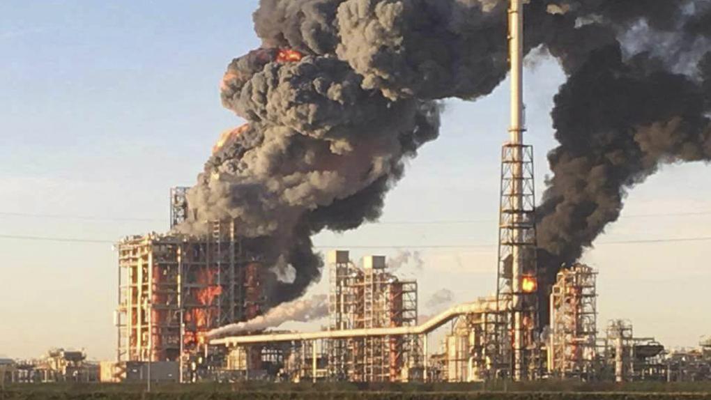 El humo que sale de la refinería, ubicada a unos 40 kilómetros de Milán, se puede ver a varios kilómetros de distancia.