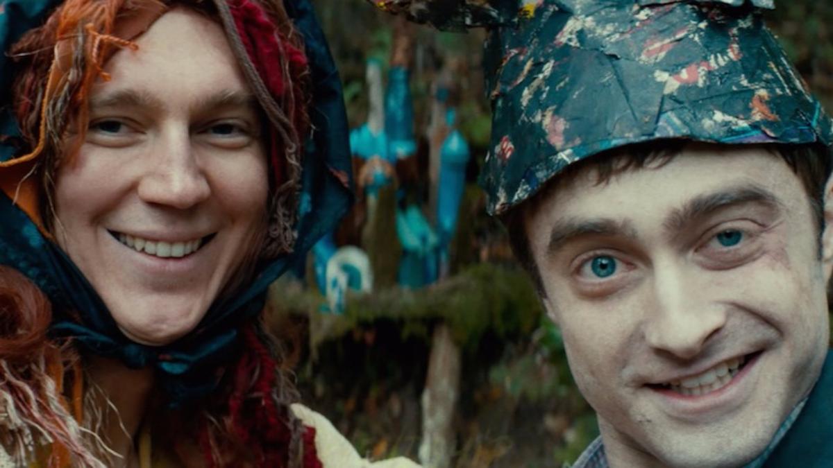 Paul Dano y Daniel Radcliffe se convierten en una extraña pareja a lo largo de la película.