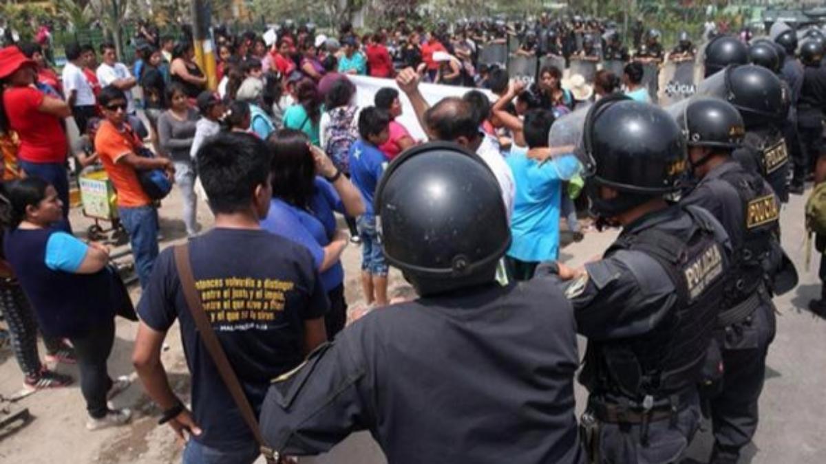"""El general Hugo Begazo, jefe de la Sétima Región Policial de Lima, culpó a  """"agitadores profesionales"""" del ataque a la comisaría de Huaycán."""