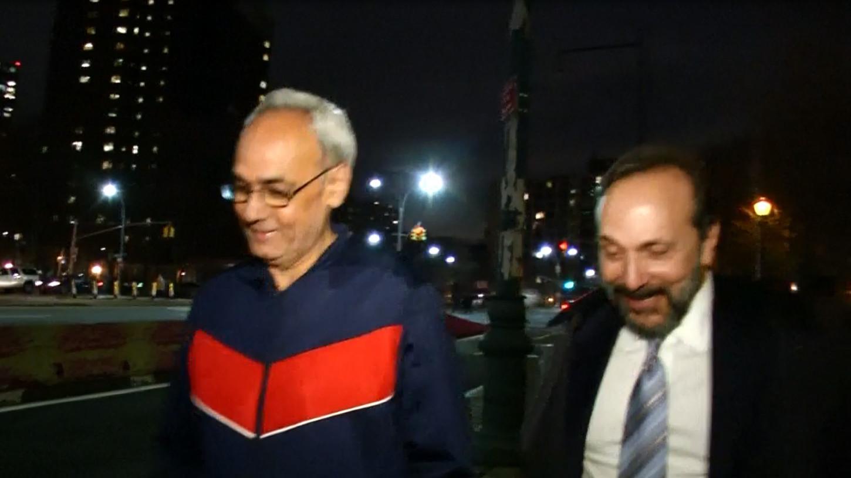 Manuel Burga caminando en las calles de Nueva York.