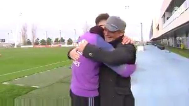 El cantante español vivió un momento especial con los jugadores del Real Madrid.
