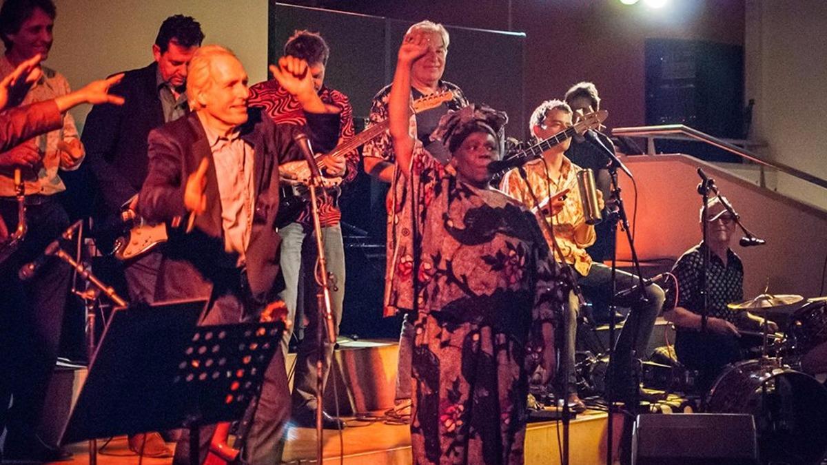 Mbungo Express, el grupo musical de Theo Jansen y Alice Wamulume.