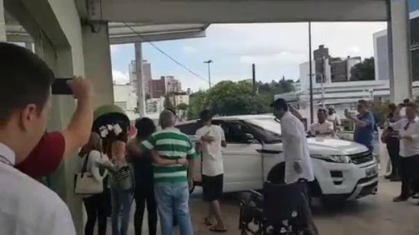 Mucha prensa fue a cubrir su salida del hospital Unimed de Chapecó.