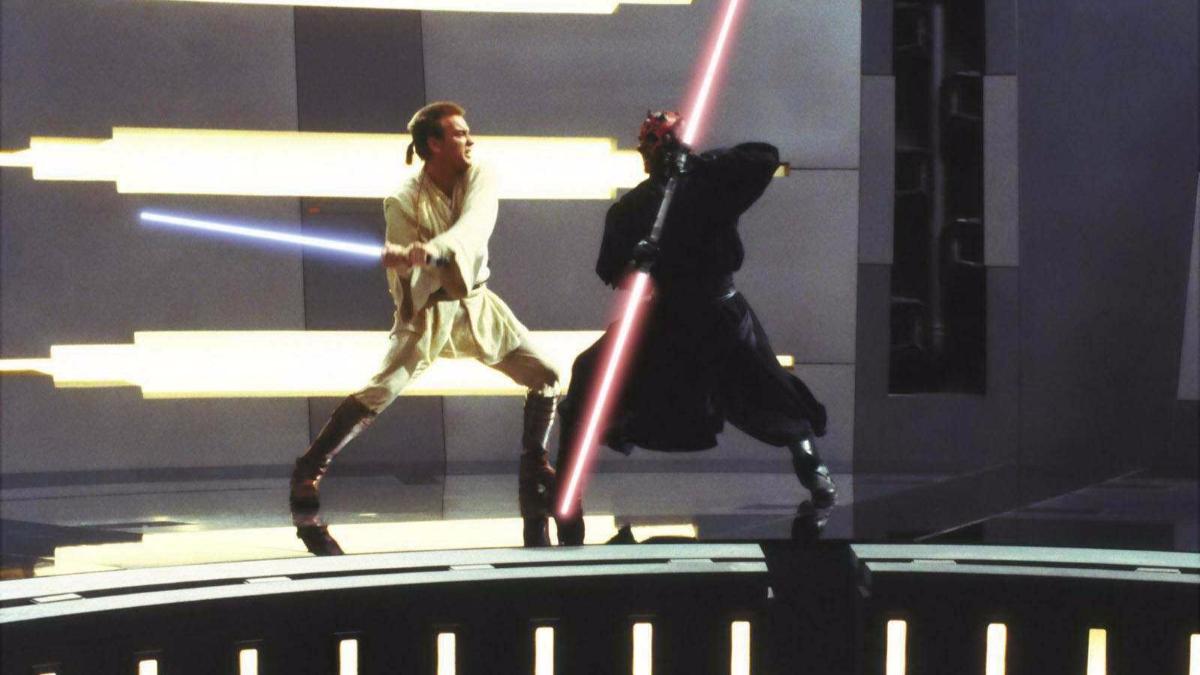 Tiene tal vez la mejor pelea de sables láser de la saga. Una película divertida, pese a Jar Jar Binks, el peor error de George Lucas.