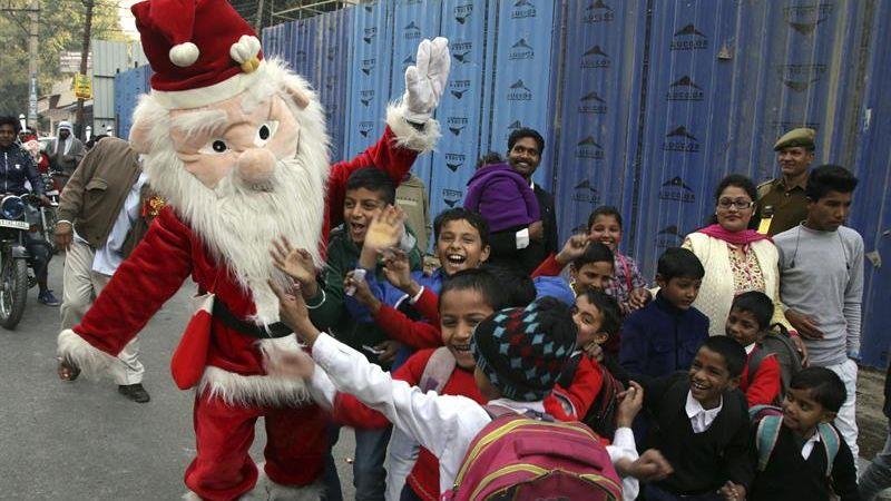 La imagen de Papá Noel se impone en un país donde muchos lo rechazan.