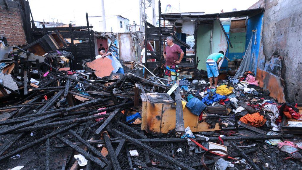 El incendio dejó sin vivienda a 14 personas.