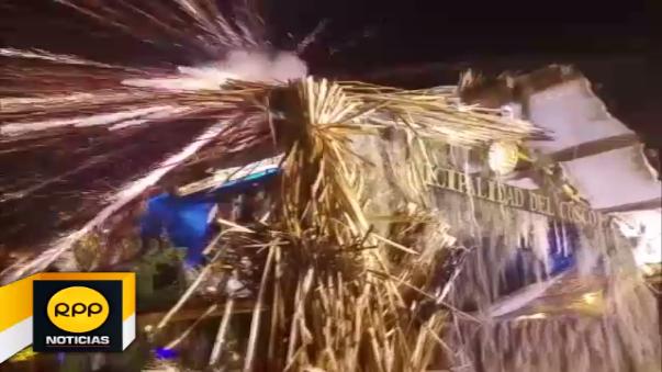 En plena celebración de año nuevo, el uso de un pirotécnico ocasionó que el techo de la representación en pleno centro de la ciudad sea consumida por el fuego.