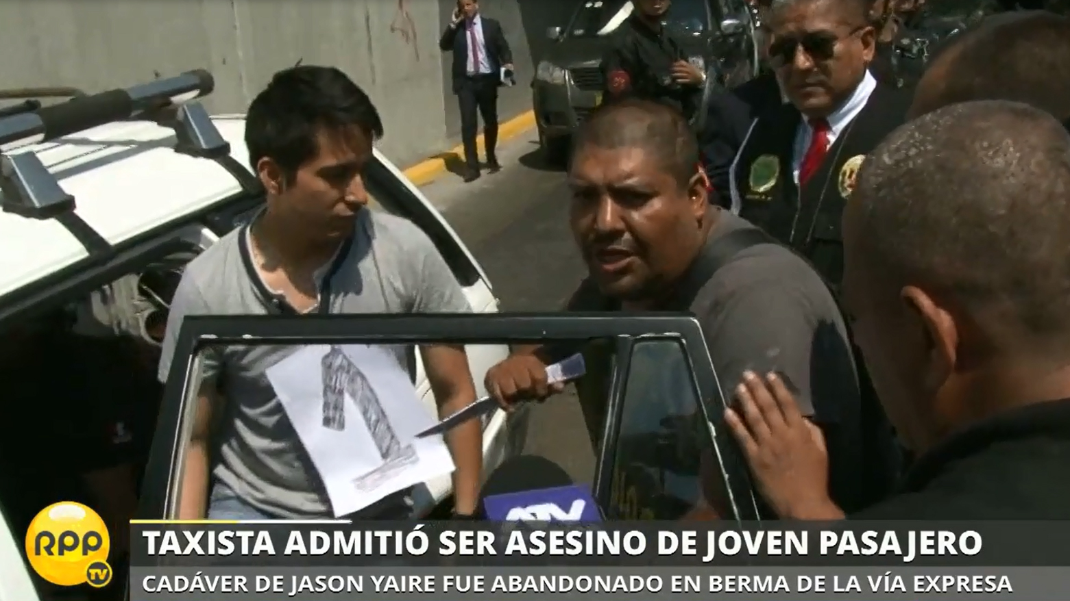 Sergio Cancho Quispe muestra como apuñaló a Jason Llallire la madrugada del último 25 de diciembre.