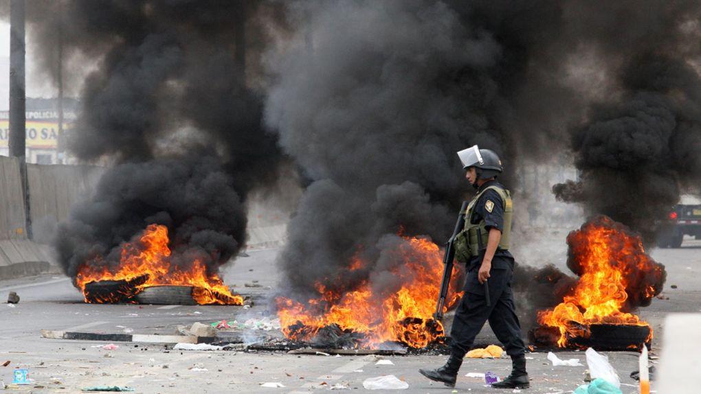 Los policías tuvieron que usar bombas lacrimógenas para dispersar a los revoltosos.