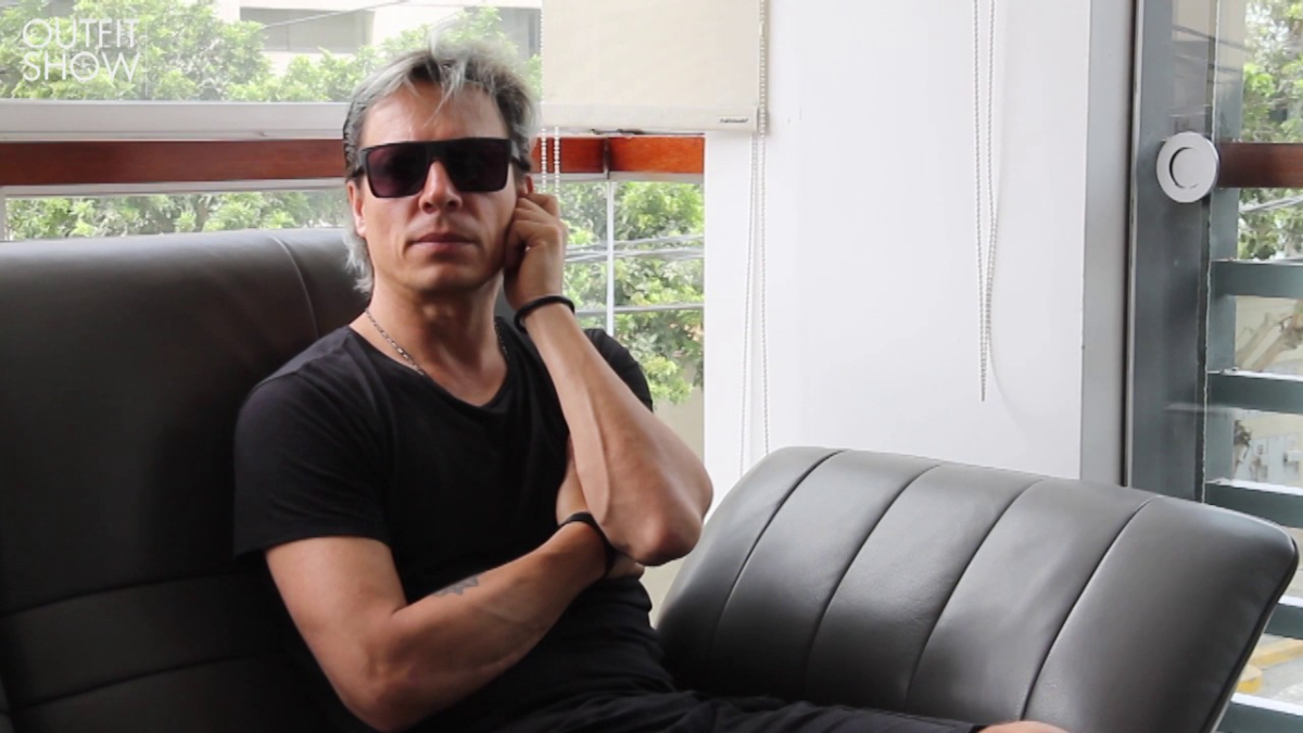 El músico se confesó admirador de las prendas del diseñador nacional Omar Valladolid.