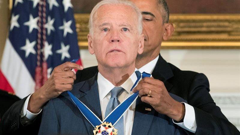 """Barack Obama provocó las lágrimas de su compañero de batallas, a quien calificó como el """"mejor vicepresidente de la historia""""."""