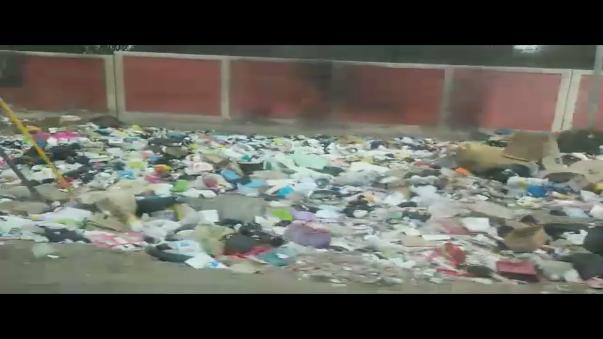 Gran cantidad de basura afuera de conocida universidad en Ica alerta a población.