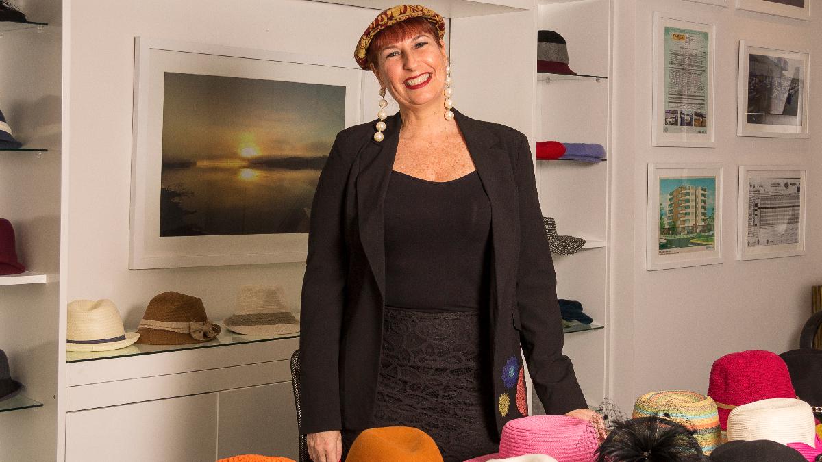 Lilly ya perdió la cuenta de cuántos sombreros tiene en su colección.