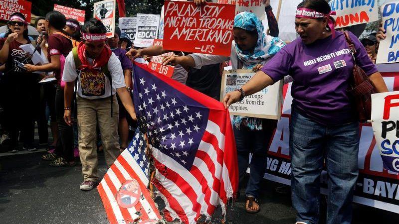 Los manifestantes reclamaron la retirada de las tropas estadounidenses de Filipinas.