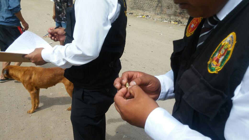La policía halló los casquillos de bala cerca a la vivienda del regidor.