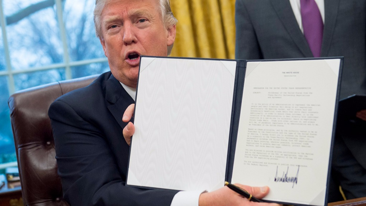 Donald Trump firmó una orden ejecutiva para retirar a EE.UU. del TPP.