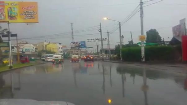 Fuertes lluvias afectaron las calles de Ica.