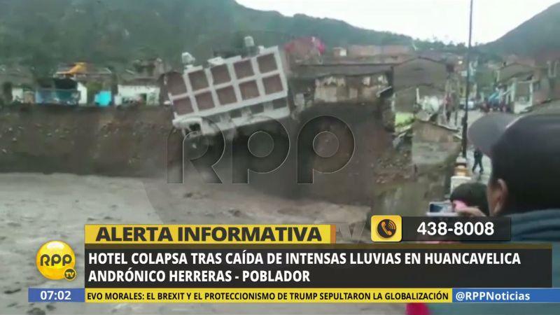 En el video, se observa el colapso del edificio de tres pisos.