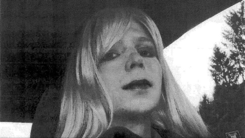 Chelsea Manning, antes Bradley, comenzó un tratamiento de cambio de sexo para ser mujer en su cárcel militar de Kansas.