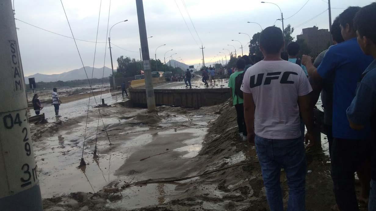 Así quedó el puente Huaycoloro tras ser removido por la fuerza del río.