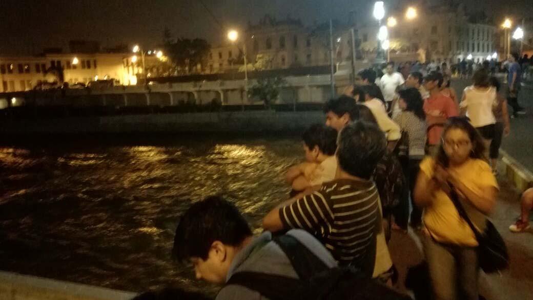 Los transeúntes se detienen en el puente Trujillo para ver el caudal del Rímac.