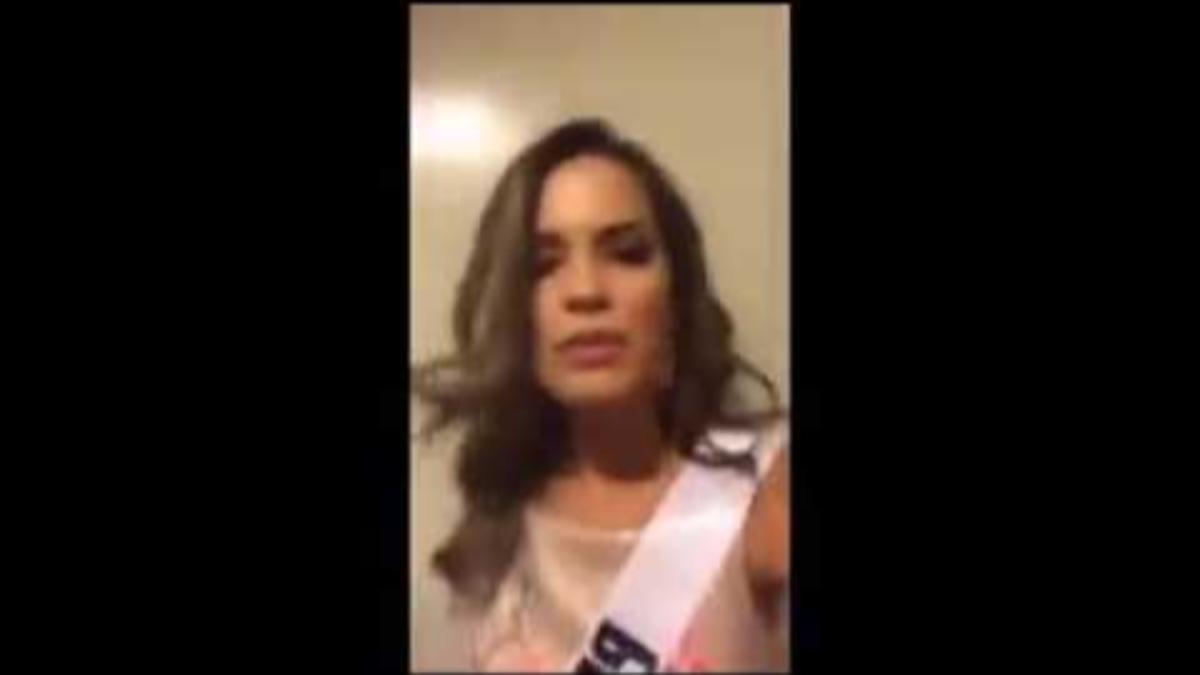 Momento en el que la Miss Venezuela le pisa el vestido a Valeria Piazza.