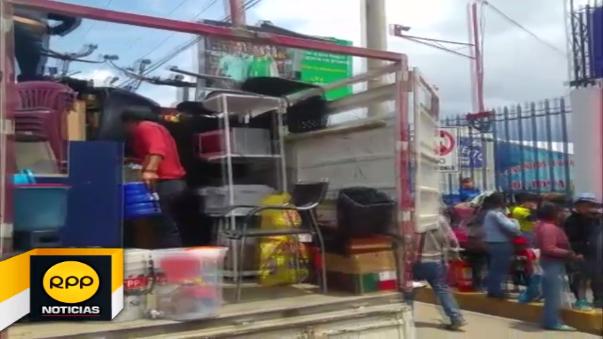 Los empresarios de transporte venden pasajes y embarcan pasajeros en la calle
